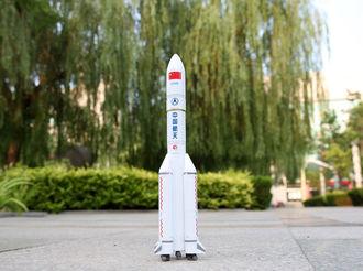 哈工大向衡中赠送长征5号运载火箭模型