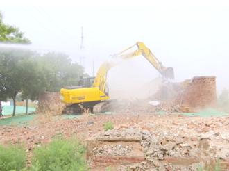 武邑县住建局对富达路东延一处房屋征收拆迁户住宅进行拆除
